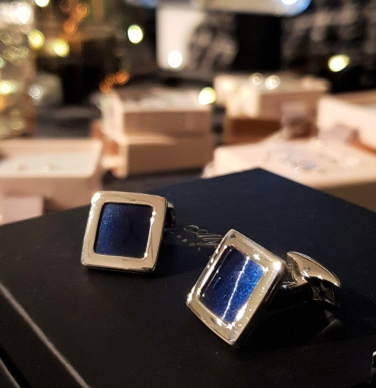 01.jewellery_alyssa_smith_blue_carbon_fibre_cufflinks.jpg